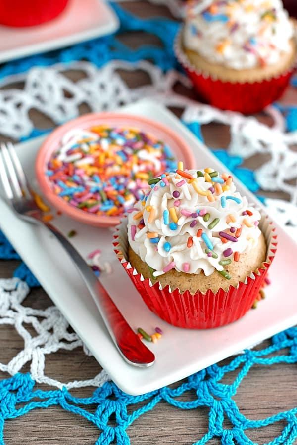 vegan-vanilla-cupcake-overhead